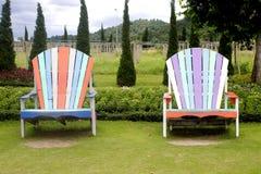 Twee houten stoelen. Stock Foto