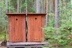 Twee houten toiletcabines stock foto's
