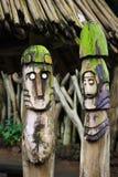 Twee houten totems (idolen) dichtbij Royalty-vrije Stock Foto