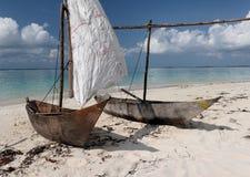 Twee houten varende boten op tropisch strand Stock Afbeelding