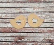 Twee houten vogels met harten op een houten achtergrond Royalty-vrije Stock Afbeeldingen