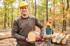 Twee houthakkers dragen een boomboomstam royalty-vrije stock fotografie