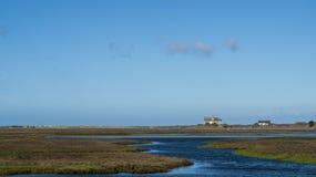 Twee huizen langs zout moeras Royalty-vrije Stock Afbeelding