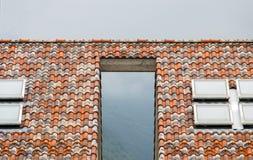 Twee huizen worden verbonden door een dak royalty-vrije stock afbeeldingen