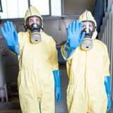 Twee hulparbeiders belemmeren toegang Stock Foto