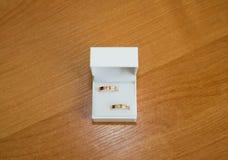 Twee huwelijks gouden ringen Stock Afbeelding