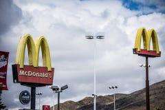 Twee iconische de bogentekens van McDonalds tegen een donkere hemel royalty-vrije stock foto's