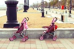 twee identieke kinderwagens Stock Fotografie
