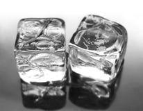 Twee ijsblokjes stock foto