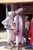 Twee Indische Mensen kleedden zich in Traditiekleren Stock Fotografie