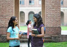 Twee Indische universiteitsmeisjes die aan elkaar spreken. Royalty-vrije Stock Foto