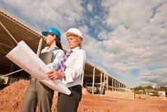 Twee ingenieurs bij bouwwerf Stock Fotografie