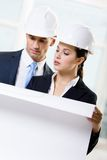 Twee ingenieurs die de schets bekijken Royalty-vrije Stock Fotografie