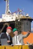 Twee inspecteurs van het olieplatform Stock Afbeeldingen