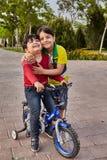 Twee Iraanse jongens berijden een fiets, Kashan, Iran stock afbeelding