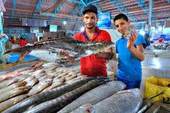 Twee Iraanse verkopers toont verse vissen bij de markthal Royalty-vrije Stock Foto