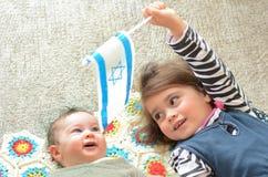 Twee Israëlische zusters die de Israëlische vlag houden Royalty-vrije Stock Fotografie