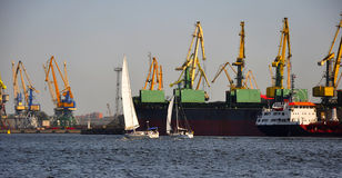 Twee jachten tegen het handelschip Stock Fotografie
