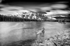 Twee Jack Lake na Zonsopgang Stock Foto's