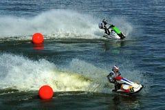 Twee jetskis die van rode ballen berijden Stock Foto