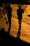 Twee joggerssilhouetten Stock Foto's