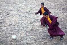 Twee jong boeddhistisch monniks speelvoetbal Stock Foto's