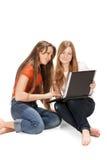 Twee jong gelukkig studentenmeisje Royalty-vrije Stock Fotografie