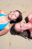 Twee jonge aantrekkelijke vrouwen die in de zon op vakantie koelen of vac Stock Afbeeldingen