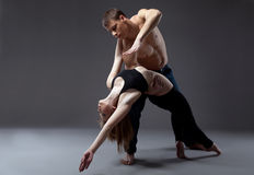 Twee jonge acrobaten die in dans stellen Stock Foto's