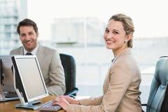 Twee jonge bedrijfsmensen die computer met behulp van Royalty-vrije Stock Afbeeldingen