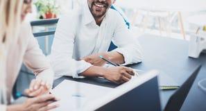 Twee jonge bedrijfsmensen die in een modern bureau samenwerken Coworkingsconcept Horizontale breed, vaag royalty-vrije stock afbeeldingen
