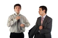 Twee jonge bedrijfsmensen treffen voorbereidingen Stock Afbeeldingen