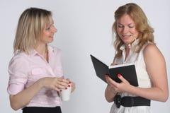 Twee jonge bedrijfsvrouwen Royalty-vrije Stock Foto's