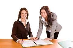 Twee jonge dames bij bureau royalty-vrije stock fotografie
