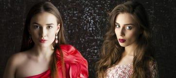 Twee Jonge donkerbruine vrouwen op de donkere achtergrond van de studiomuur Royalty-vrije Stock Fotografie