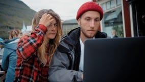 Twee jonge freelance millennials op toevallige vergadering stock video