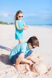Twee jonge geitjes die met zand spelen Stock Afbeelding