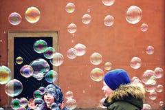 Twee jonge geitjes die met zeepbels spelen royalty-vrije stock fotografie