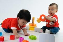 Twee Jonge geitjes die stuk speelgoed spelen Stock Fotografie