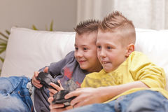 Twee jonge geitjes die videospelletjes spelen royalty-vrije stock foto's