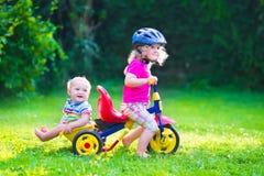Twee jonge geitjes op een fiets royalty-vrije stock afbeelding