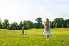Twee jonge geitjes spelen voetbal royalty-vrije stock foto