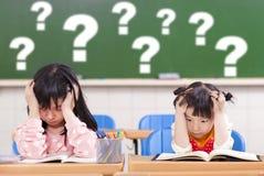 Twee jonge geitjes is volledig van vragen in klasse Stock Fotografie