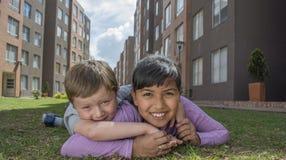 Twee Jonge gelukkige Jonge geitjes Royalty-vrije Stock Fotografie