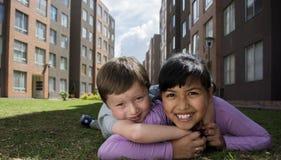 Twee Jonge gelukkige Jonge geitjes Stock Foto's