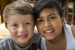 Twee Jonge gelukkige Jonge geitjes Royalty-vrije Stock Foto