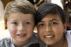 Twee Jonge gelukkige Jonge geitjes Stock Foto