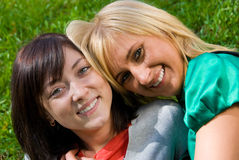 Twee jonge gelukkige meisjes Royalty-vrije Stock Afbeelding
