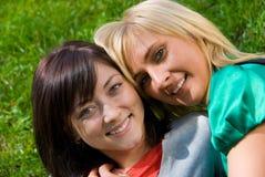 Twee jonge gelukkige meisjes Royalty-vrije Stock Fotografie