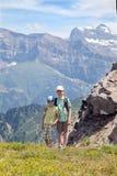 Twee jonge jongens in de de zomerbergen Stock Afbeeldingen
